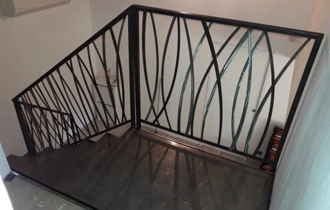 Vue du garde corps, en haut de l'escalier