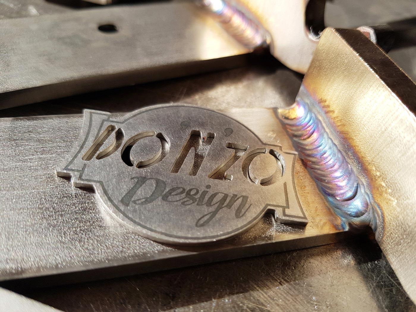 Logo et blason métal du créateur, designer donzo design